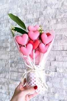 foodora Valentine's Day Fried Chicken & Macaron Bouquets - Valentinstag Valentines Day Cookies, Valentines Day Party, Valentine Gifts, Birthday Cookies, Cookie Bouquet, Flower Cookies, Candy Bouquet, Chocolate Macaroons, Chocolate Bouquet