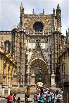Sevilla, España. Puerta de San Cristobal (Principe) de la Catedral de Santa María de la Sede.