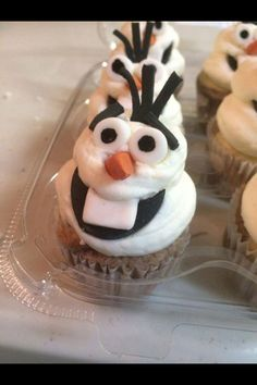 Disney's Frozen Olof cupcakes by today's sweet Cakery Olaf Cupcakes, Frozen Cupcakes, Giant Cupcakes, Wedding Cakes With Cupcakes, Frozen Cake, Baking Cupcakes, Cupcake Cakes, Valentine Day Cupcakes, Birthday Cupcakes