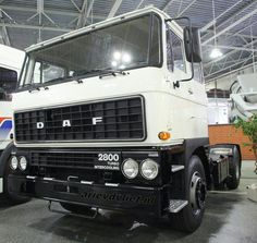 In DAF introduced a wider (by 20 cm) version of tilt cab which gave the company a new flagship received a wide grille made of black plastic and four round headlights. The cabin was originally available only with a low roof and sleep Good Day Sir, Heavy Truck, Commercial Vehicle, Vintage Trucks, Dream Garage, Diesel Engine, Classic Trucks, Semi Trucks, Cars And Motorcycles