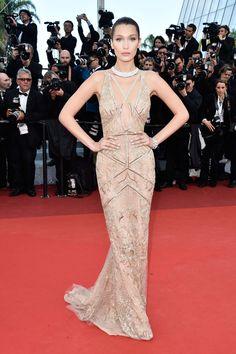 Bella Hadid em Cannes / vestido dourado de festa, casamento, formatura