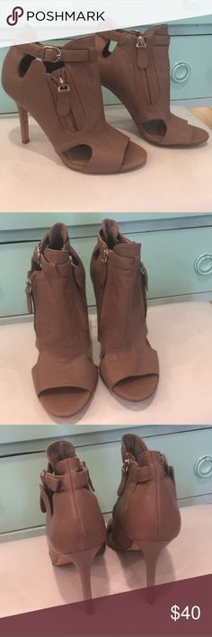 Nine West Nude Sandals Excellent condition used sandals. Slight wear on the soles. Beautiful addition to your closet! Size 7.5 Nine West Shoes Sandals