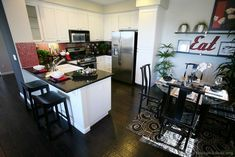 Traditional White Kitchen Cabinets #44 (Kitchen-Design-Ideas.org)