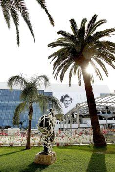 C'est parti ! Dans quelques heures, la Croisette va s'illuminer grâce aux flashs des photographes, immortalisant les premières stars à monter les marches du palais des festivals.  http://www.elle.fr/Cannes/News/Cannes-2015-suivez-nous-en-direct-de-la-Croisette-sur-Snapchat-2950042