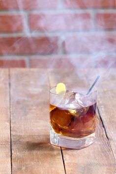 How to Smoke Cocktails at Home.No Special Equipment Required Smoked Cocktails, Bourbon Cocktails, Classic Cocktails, Cocktail Drinks, Cocktail Recipes, Manly Cocktails, Liquor Drinks, Whiskey Drinks, Scotch Whiskey