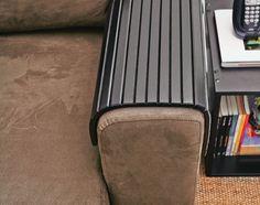 A bandeja para braço de sofá (modelo Envolve, 45 x 34 cm, Tok & Stok, R$ 79) protege o estofado e oferece base firme para copos.