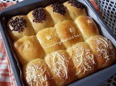 Resep Roti manis kasur/sobek tanpa ulen empuk, enak  favorit. Masih gemeess dengan resep roti tanpa ulen kemarin, sekarang nyoba dibikin roti kasur/sobek. Abis beneran lembut manja hehehe. sampe aku rekam video buat liatin lembutnya, aku posting FB . Dibikin roti kasur gini seratnya makin cakep. Aah suka pokoknya . Semoga langkahnya yg sekarang lebih jelas ya . Roti Bread, Bread Bun, Bread Cake, Pastry Recipes, Bread Recipes, Baking Recipes, Soft Bread Recipe, Burger Bread, Mochi Cake