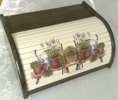 Decoupage Tutorial, Decoupage Box, Diy And Crafts, Paper Crafts, Bread Boxes, Arte Popular, Painted Boxes, Diy Box, Vintage Wood