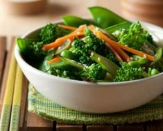 Poêlée de pois mange-tout, brocoli et carotte : http://www.fourchette-et-bikini.fr/recettes/recettes-minceur/poelee-de-pois-mange-tout-brocoli-et-carotte.html