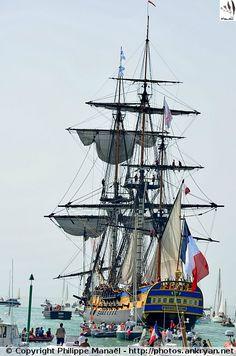 Depuis La Rochelle, la frégate l'Hermione met le cap sur l'île d'Aix, avant de la quitter dans la soirée du 18 avril 2015, direction les Canaries puis la côte est des États-Unis.