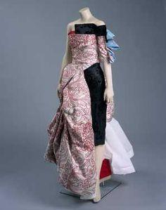 14-11-11  CMU  Kledingset uit de collectie Evil wrapped in beauty (1998)  Keupr/van Bentm. 001: broek met 2 pijpen verschillend van kleur en lengte waaraan rok is bevestigd; 002: gebaleineerd strapless topje
