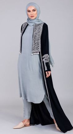 Renew your wardrobe with these, new abaya style which will enhance your personality. We have come with 50 different abaya style 2020 that will make you Abaya Fashion, Muslim Fashion, Modest Fashion, Fashion Outfits, Modest Wear, Modest Dresses, Modest Outfits, Mode Abaya, Mode Hijab
