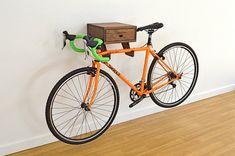 Le porte-vélos Clifton - mur élégant support vélo indoor étagère en noyer avec tiroir pour accessoires et équipement moto