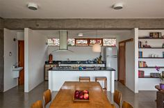 Quando chove e o terreno não pode ser usado, as refeições são feitas na sala de jantar integrada à cozinha. Toda a área recebeu porcelanato da Portobello. Projeto de Carlos Ferrata.