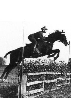 Trzy ciekawe informacje z historii polskiego jeździectwa.  fot. Major Henryk Dobrzański na koniu MUMM EXTRA DRY w skoku przez przeszkodę.  Mamy się czym chwalić!  #boberteam #boberprojekt #winners100gwiazd