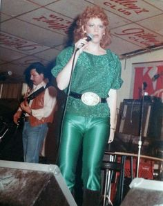 "Reba McEntire singing at Gilley's the legendary Pasadena club made world famous by John Travolta in ""Urban Cowboy"" Best Country Singers, Country Music Artists, Country Music Stars, Dog The Bounty Hunter, Urban Cowboy, Reba Mcentire, Loretta Lynn, Women In Music, John Travolta"