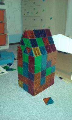 Mariannes drenge på 3 og 5 år har bygget et stort højhus med de sjove  Magna-Tiles magneter.  #MagnaTiles #Magneter #Magnetleg #Magnetlegetøj #Legetøj #Legebyen #LegebyenDK #BrugernesBilleder #KonkurrenceBilleder