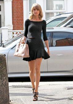 Taylor Swift in schwarz Taylor Swift Hot, Style Taylor Swift, Taylor Swfit, Taylor Swift Outfits, Celebrity Pictures, Celebrity Style, Taylor Swift Pictures, Street Style, Up Girl