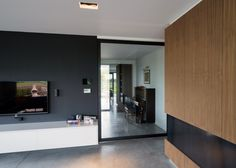 Glazen taatsdeur met zwart aluminium frame.