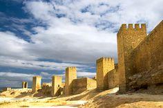 CASTLES OF SPAIN - Construido por Hugo de Conques entre 1085 y 1109. En 1423 Carlos III el Noble hizo a Artajona villa con asiento en Cortes. En el XV participó de las guerras civiles entre Juan II de Aragón y el Principe de Viana. En 1484 el señorio fue dado al conde de Lerín. Los últimos reyes de Navarra, en 1498 lo declararon villa de realengo. Fue mandada derribar parte del recinto en 1516 por el Cardenal Cisneros