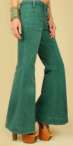 The pants should be longer, but I love me some bell bottoms with platform shoes! : The pants should be longer, but I love me some bell bottoms with platform shoes! Moda Retro, Moda Vintage, Vintage Mode, Moda Hippie, 70s Hippie, 70s Fashion, Trendy Fashion, Vintage Fashion, Womens Fashion