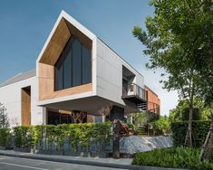 Arden Rama 3 by Atom Design House Cladding, Facade House, Roof Architecture, Concept Architecture, Narrow House Designs, Modern Tropical House, Corner House, Minimalist House Design, Facade Design