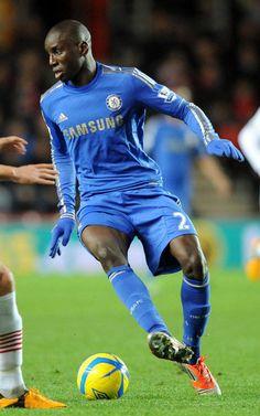 Demba Ba del Chelsea controla el balón en una acción del partido contra el Southampton