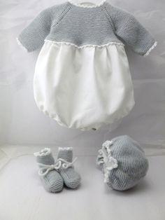 ranita de bebe de primera puesta de viyela y punto de lana gris con capota y patucos hecha a mano