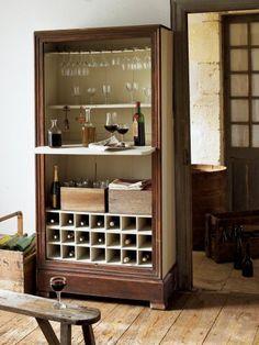 Un meuble transformé en armoire à dégustation de vin grâce à quelques étagères à verre et casiers à bouteille