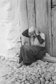 Arenas de San Pedro- Ávila. Año 1943. Anciana descalza, peinándose en la puerta de una casa. Autor: Otto Wunderlich. Archivo Wunderlich.
