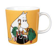 """Arabia's mug """"Moominmamma apricot"""" (Muumimamma aprikoosi) with elegant shape and kind motif from the Moomin world. Charming pottery from Finland. Secure payments and worldwide shipping within 24 hours. Moomin Shop, Moomin Mugs, Ceramic Tableware, Ceramic Mugs, Feng Shui, Magic Bag, Yellow Mugs, Moomin Valley, Japanese Gifts"""