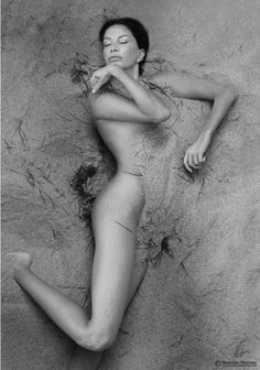 Forme immerse #woman #grey #sand #exhibition #art