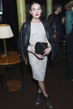 Look de Ella Catliff durante a Paris Fashion Week.