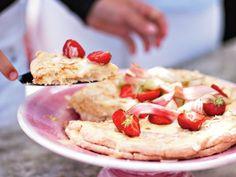 Mandeltårta med jordgubbar och krispiga rabarber – Allt om Mat