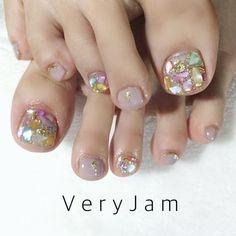 . . シェルストーンを閉じ込めたフットジェル . . 閉じ込めたラメとシェルストーンが キラキラ輝く宝石のようなデザインです . . 写真では輝きを上手く伝えられず残念ですが、...|ネイルデザインを探すならネイル数No.1のネイルブック Pedicure Nail Designs, Pedicure Nails, Mani Pedi, Opal Nails, Cute Pedicures, Feet Nails, Cute Acrylic Nails, Easy Nail Art, Pretty Nails