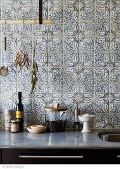 Intricate and delicate pattern on tiles for kitchen backsplash - carreaux ciment carrelage cuisine.