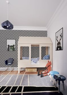 Here are some awesome ideas to decorate a kid's room and organize a sleeping space, a study space, a play space and a smartly organized closet and storage.