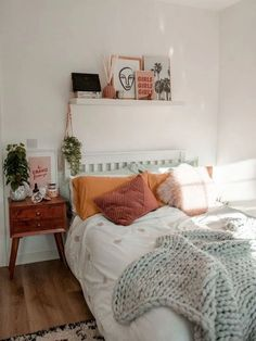 39 Awesome Modern Small Bedroom Design And Decor Ideas Dorm Room Walls, Room Ideas Bedroom, Room Wall Decor, Home Decor Bedroom, Bedroom Inspo, 50s Bedroom, Bedroom Designs, Blue Bedrooms, Hippie Bedrooms