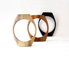 Les bracelets en bois de femmes sont bel ensemble noir, blanc et brun de 3 morceaux. Cet ensemble de 3 bracelets est un accessoires femmes