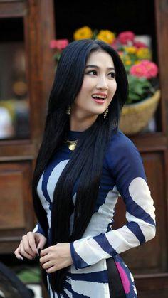Beautiful Long Hair, Beautiful Asian Women, V Dress, Long Bridesmaid Dresses, Ao Dai, Sexy Asian Girls, Girls Image, Asian Fashion, Women's Fashion