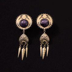 """Plugs d'oreilles en bois, laiton brut et pierre d'améthyste.  Vendus par paire, les bouchons d'oreilles sont fabriqués en bois noir et sont ornés d'une décoration en laiton brut et d'une pierre ronde d'améthyste. Le bijoux mesure en tout 7 cm de longueur et 2.5 cm de largeur.   Ce modèle est réalisable pour des diamètre et 20 mm (3/4"""") et 18 mm (11/16"""").  #amethyst #brass #plug #20mm #18mm #3/4"""" #11/16"""" #golden #romantic"""