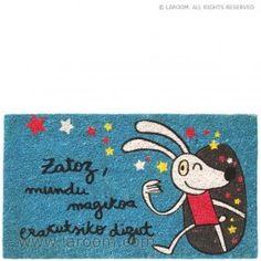 """Laroom - Felpudo azul """"mundu magikoa"""" - Laroom diseña y fabrica productos para el hogar y la vida - www.laroom.com Coin Purse, Sweet Home, Snoopy, Kids Rugs, Character, Anna, Design, Decor, Ideas"""