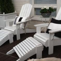 Itse tehdyt aurinkotuolit ja kaapelirullista tehty terassipöytä