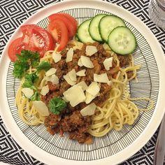 Denniksen vegaani-illan innoittamana tein spaghetti bolognesea härkiksestä. #spaghettibolognese with #broadbean #härkäpapu #härkis #vegaaninenvaihtoehto #veganfoods #vegaaniruokaa #homefood #kotiruoka #kyllämaistui #kotonatehty #foodisgood #plate #marimekko #siirtolapuutarha