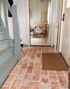 Lantlig hall med gammalt tegelgolv! Brick Look Tile, Country Entryway, Terracotta Floor, Home Remodel Costs, Brick Flooring, Brick And Stone, Home Decor Bedroom, Cheap Home Decor, Home Remodeling