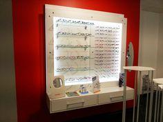 Présentoir rétroéclairé pour lunettes de créateurs - Agencement de magasins d'optique