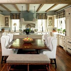 Gorgeous eat in kitchen