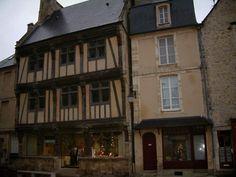 Bayeux: Conservatoire de la Dentelle de Bayeux, maison à pans de bois et demeures de la cité médiévale - France-Voyage.com