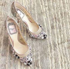 Zapatos de novia de Dior con detalles de flores                                                                                                                                                                                 Más