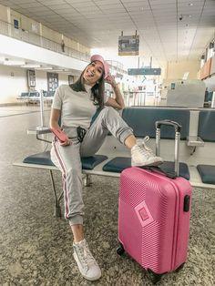 Como se vestir estilosa e confortável pra viajar Cute Airport Outfit, Airport Travel Outfits, Cute Travel Outfits, Comfy Travel Outfit, Airport Style, Travel Pose, Travel Pictures Poses, Airplane Outfits, Airport Photos